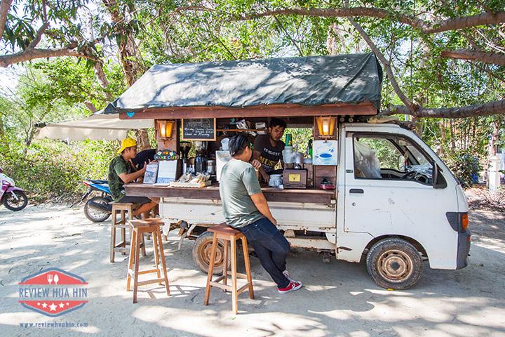 ร้านเป็นรถหนึ่งคัน บาริสต้านั่งชงกาแฟอยู่บนรถนั่นแหละ