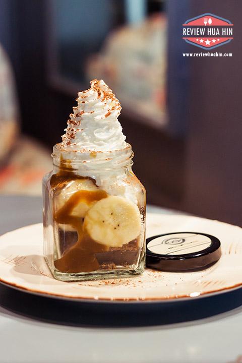 บานอฟฟี่ (95 บาท) ฐานไม่ใช่โอริโอ้แต่เป็นช็อคโกแลตบิเป็นชิ้นเล็กๆ ตามด้วยกล้วย คาราเมล และวิปครีม