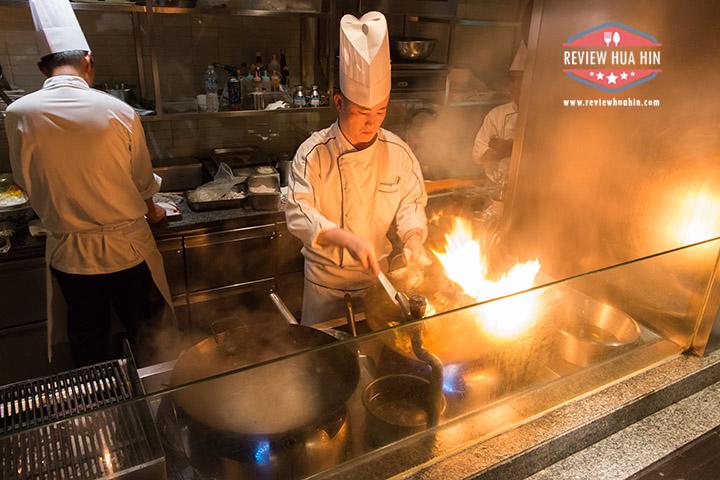 ครัวที่ห้องอาหาร InAzia เป็น open kitchen เลยได้ดูการปรุงอาหารทุกจาน