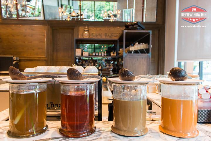 เครื่องดื่มแบบไทยๆ หรือจะเป็นชาร้อน กาแฟร้อน ก็มีเช่นกัน