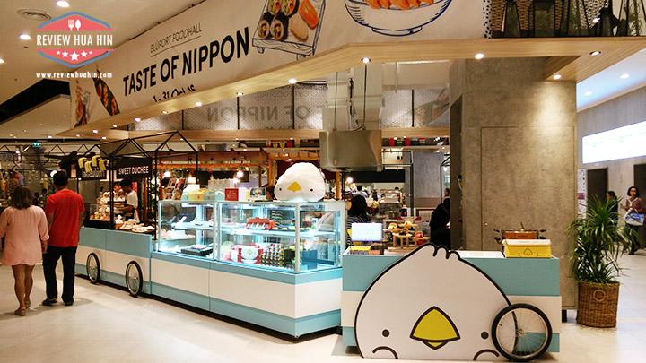 Bluport Food Hall มีโซนนึงที่มีบูธอาหารผลัดเปลี่ยนกันมาขาย ตลอดเดือนตุลาคมนี้เป็นธีม Taste of Nippon ความญี่ปุ่นมาเต็ม มองดูแว๊บๆ เห็นไอติมไม้เท้า และ Phoenix Lava ลาวาบัน น่ากินจัง
