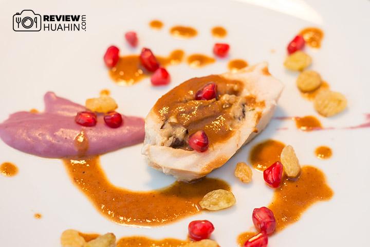 จานอร่อยจากโรงแรม Palayana เป็นอกไก่เอาไปซูวีเนื้อนุ่มมาก ราดซอดลูกเกตุ เสิร์ฟกับมันม่วงบด